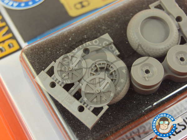 Image 4: Curtiss P-40 Warhawk | Wheels in 1/32 scale manufactured by Eduard (ref. 632080)